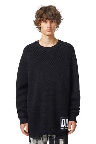 Gerippter Pullover mit Mega-Logo-Aufnäher